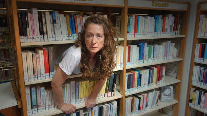 Virginia à la bibliothèque   Édith Amsellem  Cie ERd'O D'après <i>Un lieu à soi</i> de Virginia Woolf